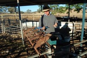 farmář předvádí fixační zařízení